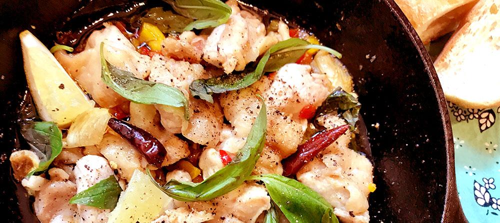 スキレットでつくる、若鶏の香草ペペロンチーノ