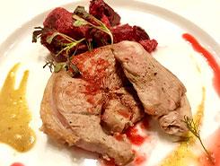 ラム肉のグリル、ビーツの付け合わせとマスタード、2種のソースで
