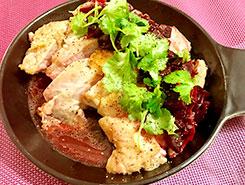 ジューシーな鶏モモ肉のグリル パクチー添え ココナッツオイルとナンプラー、ビーツのソースで