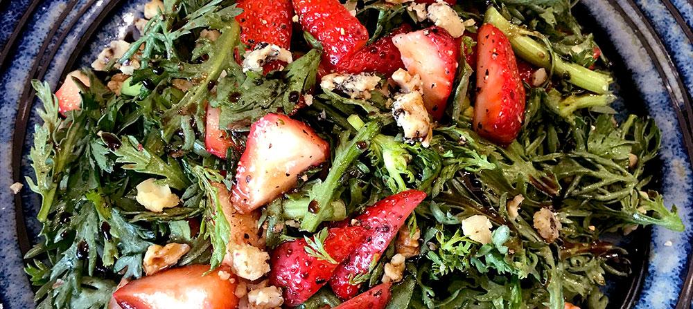 春菊と苺、バルサミコのサラダ