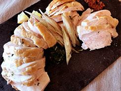 しっとり低温調理の鶏胸肉 粒マスタードとレモンを添えて