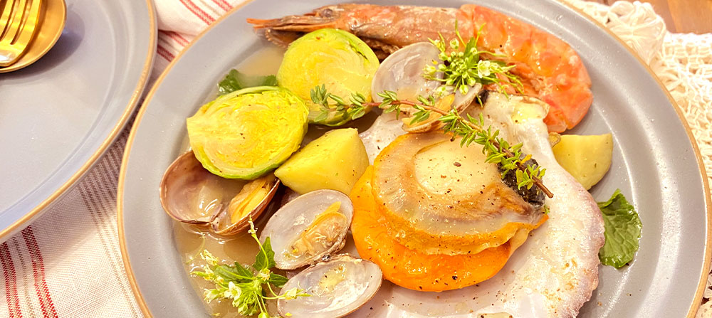 バター香る魚介とハーブの白ワイン蒸し